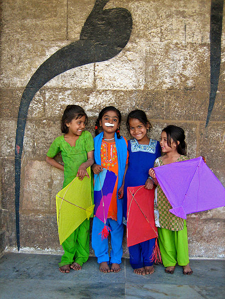 450px-Kite_Runners_at_the_Utarayana_Kite_Festival_Ahamdabad