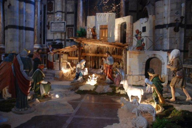 5756062-Typical_nativity_scene_in_church-0